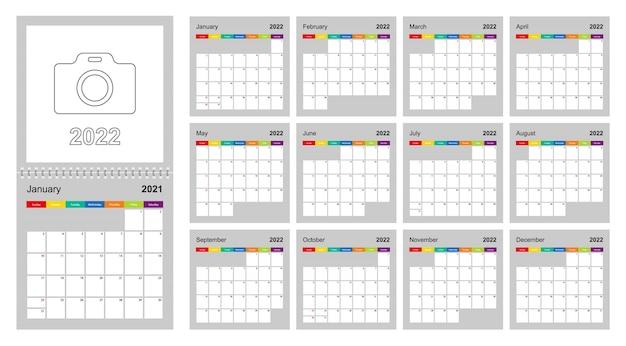 Conception colorée du calendrier 2022, ensemble de 12 pages de calendrier de planificateur mural vectoriel sur fond gris. la semaine commence le dimanche.