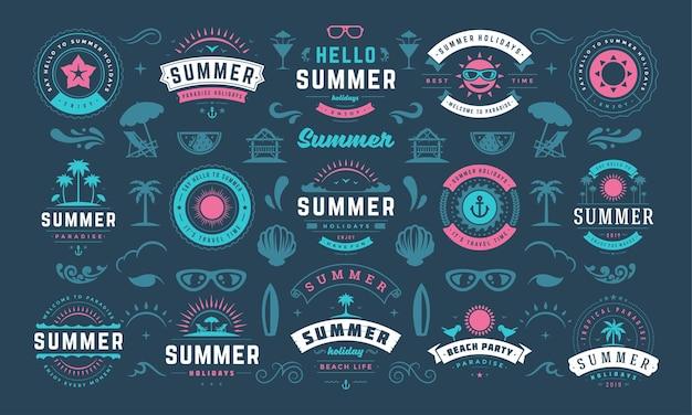 La conception des étiquettes et des badges de vacances d'été définit une typographie rétro pour les affiches et les t-shirts. icônes du soleil, vacances à la plage et île tropicale avec des éléments de palmiers.