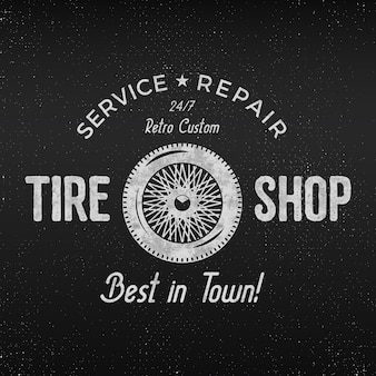 Conception d'étiquettes de magasin de pneus vintage. affiche de réparation de garage. conception monochrome rétro.