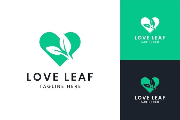 Conception de logo d'espace négatif de feuille d'amour