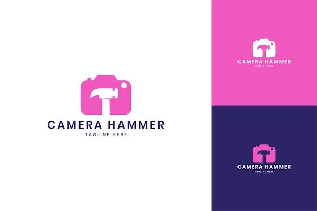 Conception de logo d'espace négatif de marteau de caméra