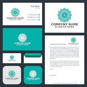 Conception de logo de vecteur de fleur d'ornement de mandala et carte de visite