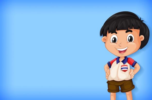 Conception de modèle de fond avec mur de couleur unie et garçon heureux