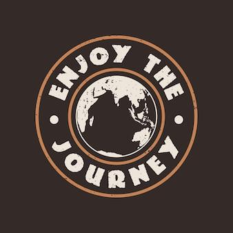 Conception de t-shirt profitez du voyage avec la terre et l'illustration vintage de fond marron