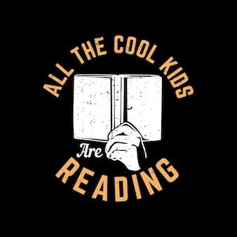 Conception de t-shirt que tous les enfants cool lisent avec une main tenant un livre et une illustration vintage de fond noir
