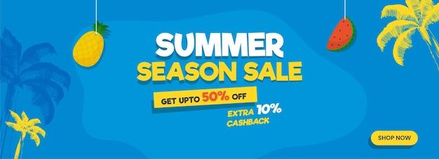 Conception d'en-tête ou de bannière de vente de saison estivale avec une offre de réduction de 50 %, des fruits suspendus et un palmier sur fond bleu.
