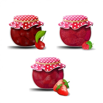 Confiture de fraises, framboises et cerises isolée on white