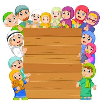 Le conseil d'administration avec la famille musulmane qui l'entoure