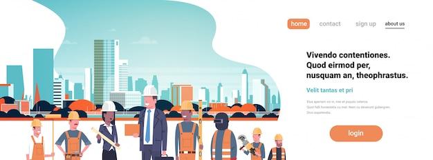 Constructeur architecte travailleurs, équipe de course mixte, homme d'affaires, femme, bâtiment, casque, bâtiment de la ville, page d'atterrissage du paysage urbain