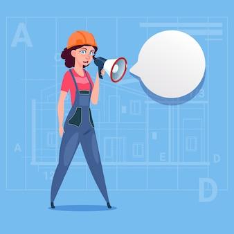 Constructeur de femme dessin animé tenant le mégaphone