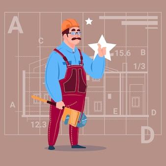 Constructeur portant un uniforme et un travailleur de la construction de casque