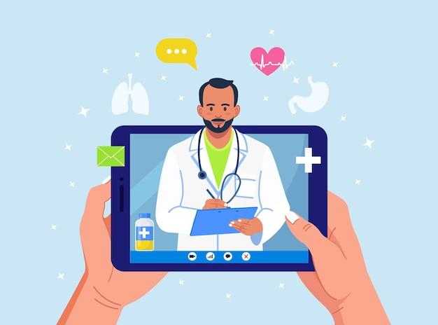 Consultation en ligne avec un médecin. médecine virtuelle. écran de tablette avec infirmier sur le chat dans messenger. utilisation d'un ordinateur pour un appel vidéo à un thérapeute