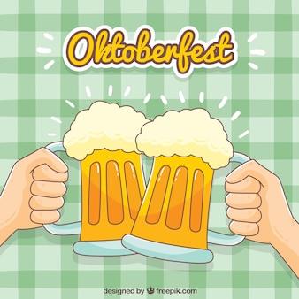 Contexte des toasts avec des bières tirées à la main