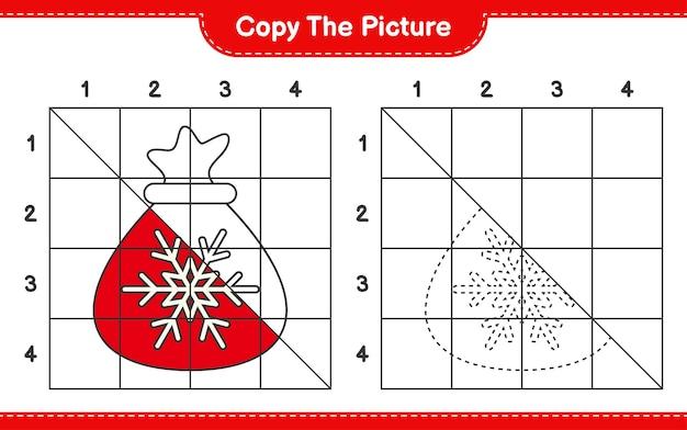 Copiez l'image du jeu de feuille de travail éducatif du sac du père noël en utilisant des lignes de grille