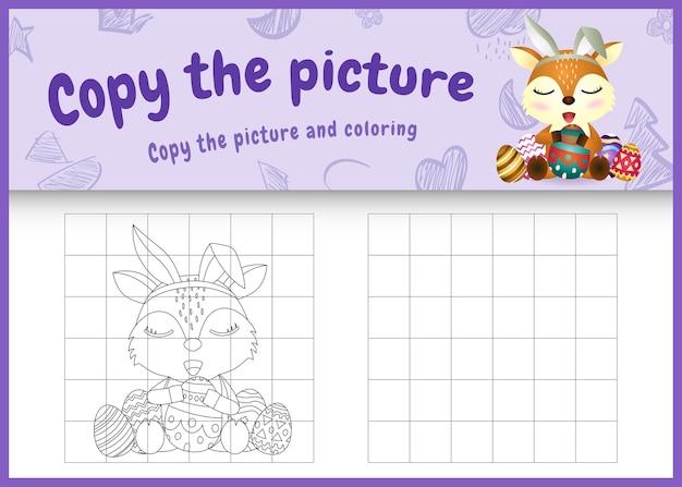 Copiez l'image du jeu pour enfants et la page de coloriage sur le thème de pâques avec un joli cerf à l'aide de bandeaux d'oreilles de lapin étreignant des œufs