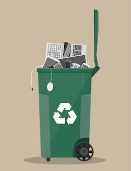 Corbeille de déchets électroniques avec de vieux équipements électroniques