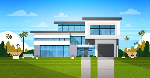 Cottage house extérieur avec cour arrière immobilier dans un paysage de banlieue