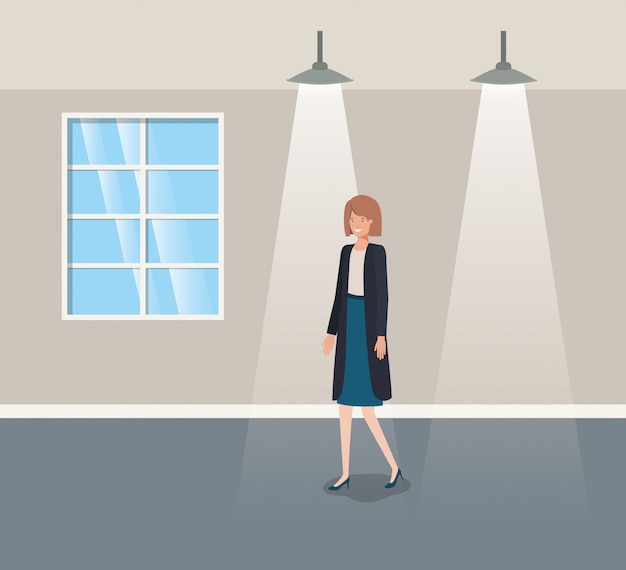Couloir bâtiment avec femme d'affaires à pied