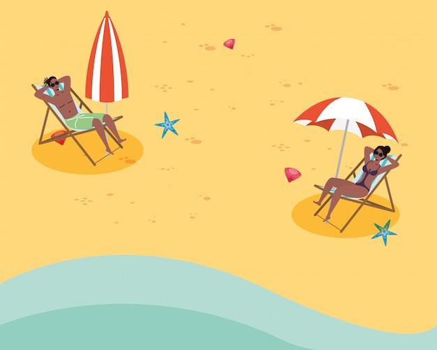 Couple afro assis dans des chaises de plage pratiquant la distance sociale