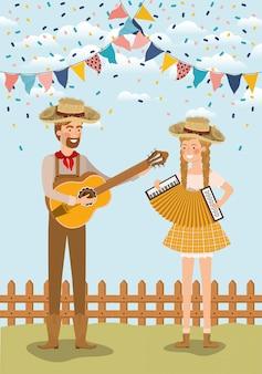 Couple d'agriculteurs célébrant avec guirlandes et clôture
