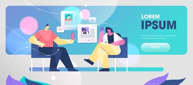 Couple à l'aide d'applications mobiles de chat sur les smartphones, dialogue de communication, conversation, forum en ligne, concept, horizontal, pleine longueur, copie, espace, vecteur, illustration