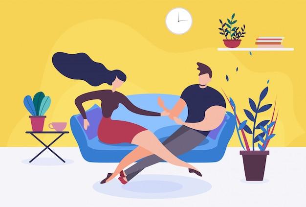 Couple amoureux ou femme et mari assis sur un canapé en train de parler