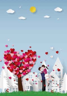 Couple avec arbre de coeur en ville à la saint-valentin