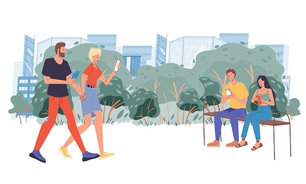 Couple assis sur un banc à l'aide de gadget numérique
