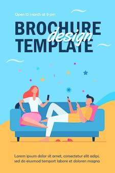 Couple assis sur un canapé et utilisant le modèle de flyer de smartphones