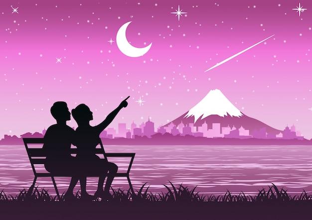 Couple assis près du mont fuji pour regarder les étoiles