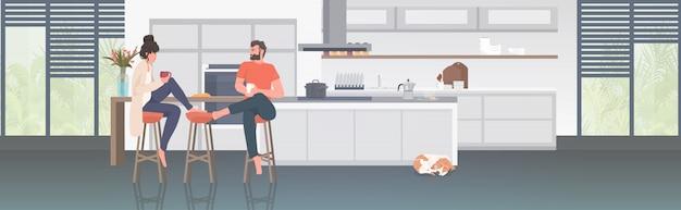 Couple, boire café, homme, femme, passer temps, ensemble, rester, maison, coronavirus, pandémie, quarantaine