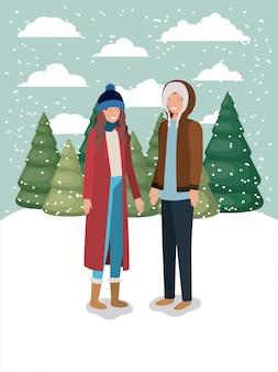 Couple dans le paysage de neige avec des vêtements d'hiver