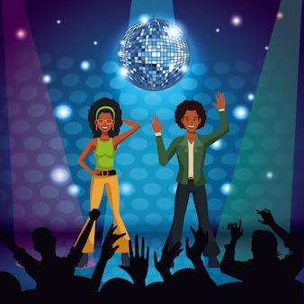 Couple de danseurs disco à la scène