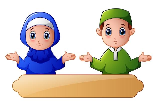 Couple d'enfant musulman agitant la main et célébrer le ramadan