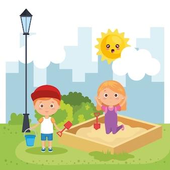 Couple d'enfants jouant sur le parc