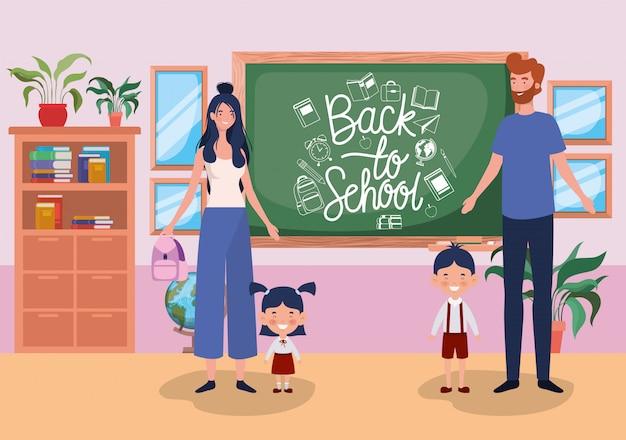 Couple enseignant avec petits élèves enfants dans la salle de classe