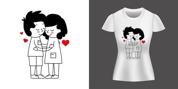 Couple étreignant entre les coeurs imprimés sur la chemise.