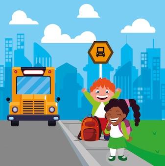 Couple d'étudiants à l'arrêt de bus avec ville de fond