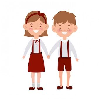 Couple d'étudiants debout souriant