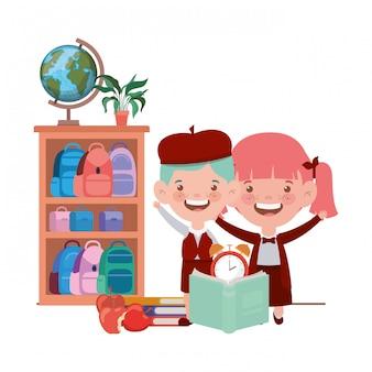 Couple d'étudiants avec des fournitures scolaires dans la salle de classe