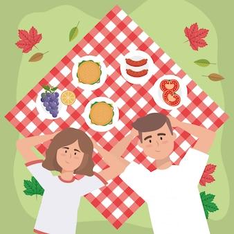 Couple de femmes et d'hommes avec des hamburgers et des saucisses