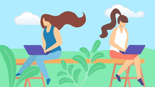 Couple de filles, personnages de pigistes, travaillant à distance sur un ordinateur portable assis à l'extérieur