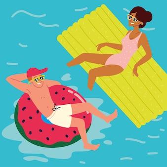 Couple sur flotteurs dans la piscine