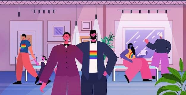Couple gay à la recherche d'œuvres d'art ou d'expositions créatives de peintures contemporaines dans une galerie d'art moderne, les transgenres aiment les lgbt