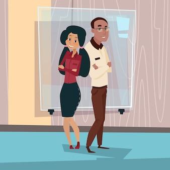 Couple de gens d'affaires de race