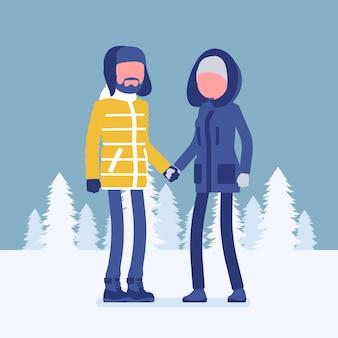 Couple heureux en vêtements d'hiver