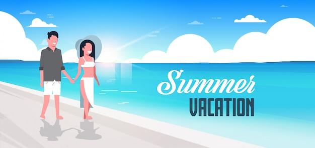Couple homme femme lever du soleil plage vacances d'été souriant marche bord de mer mer océan