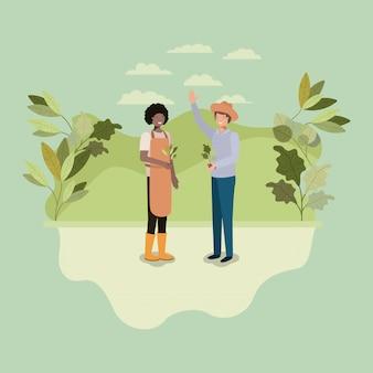 Couple d'hommes planter un arbre dans le parc