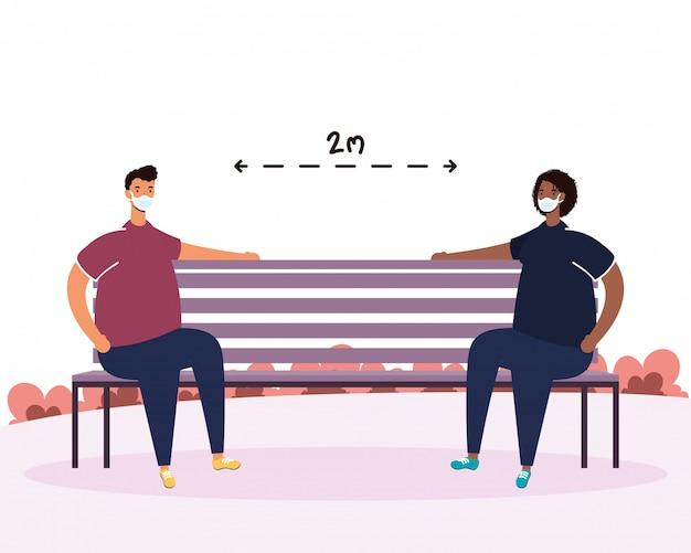 Couple interracial pratiquant la distance sociale dans une chaise de parc