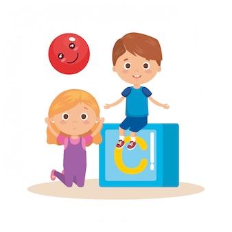 Couple de jeunes enfants jouant avec bloc